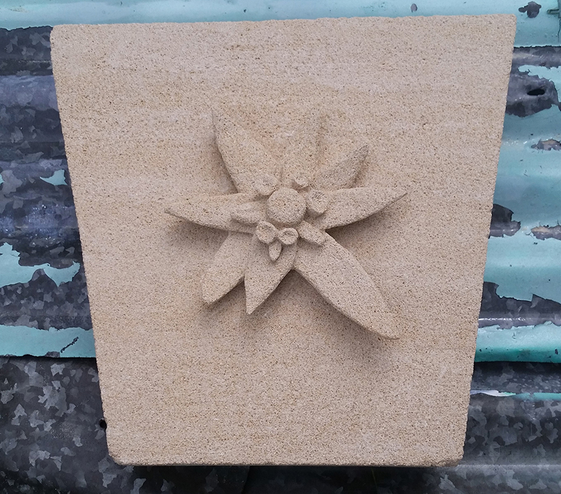 Sculpture-en-pierre-fleur-bordeaux